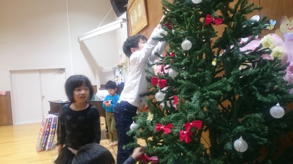 decorating christmas tree2
