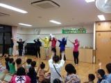 YMレンジャーが子どもたちと手遊びをする